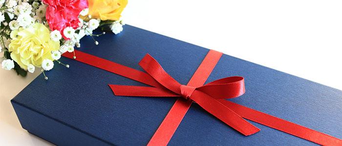 丁寧に包装されたプレゼントの箱