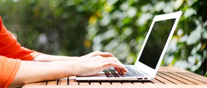 PCでサイトを選ぶ女性の手元